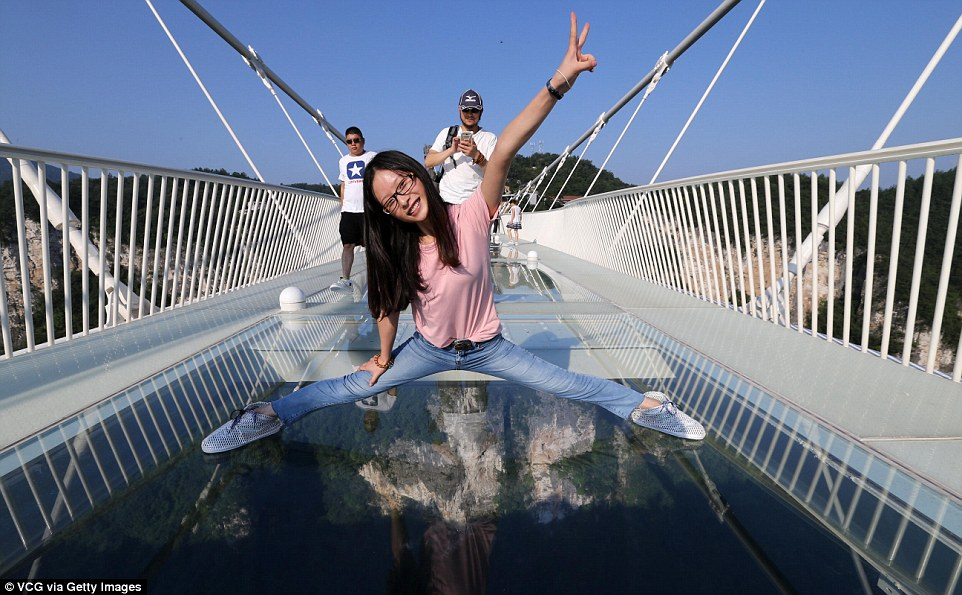 tourists-enjoying-glass-bridge