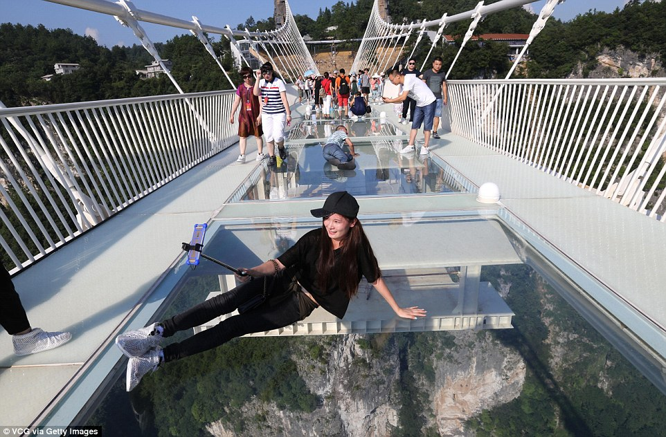 tourists-enjoying-glass-bridge2